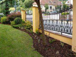 Zahrada okolo budovy soukromé firmy ve Slovanském údolí v Plzni